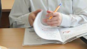 Ο μαθητής γράφει στο σημειωματάριο με τη μάνδρα ballpoint απόθεμα βίντεο