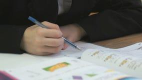 Ο μαθητής γράφει το κείμενο σε ένα σημειωματάριο στο εσωτερικό απόθεμα βίντεο