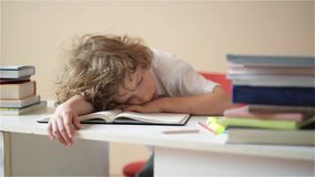 Ο μαθητής κάνει την εργασία Το αγόρι κάνει την εργασία του στο σπίτι ο μαθητής έχει τρυπηθεί στο μάθημα φιλμ μικρού μήκους