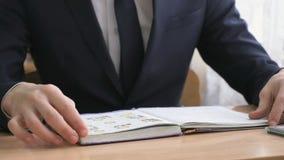 Ο μαθητής κτυπά τις σελίδες του σχολικού βιβλίου κλείστε επάνω φιλμ μικρού μήκους