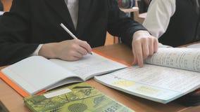 Ο μαθητής κτυπά τις σελίδες του εγχειριδίου απόθεμα βίντεο