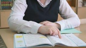 Ο μαθητής κτυπά τις σελίδες του σεμιναρίου κατά τη διάρκεια του μαθήματος φιλμ μικρού μήκους