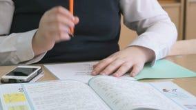 Ο μαθητής κτυπά τις σελίδες του σεμιναρίου κατά τη διάρκεια του μαθήματος απόθεμα βίντεο