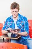 Ο μαθητής μαθαίνει με μια ταμπλέτα Στοκ φωτογραφίες με δικαίωμα ελεύθερης χρήσης