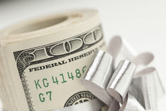 Ο μακρο ρόλος εκατό του δολαρίου Bill έδεσε το ασημένιο τόξο στο λευκό Στοκ Φωτογραφία