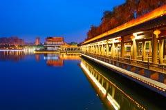 Ο μακρύς διάδρομος και lake_night_landscape_xian Στοκ Εικόνα