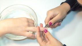 Ο μανικιουρίστας χρησιμοποιεί το επαγγελματικό εργαλείο μανικιούρ φιλμ μικρού μήκους