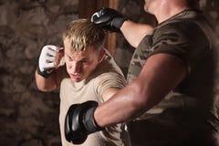 Ο μαχητής MMA αποφεύγει μια διάτρηση Στοκ εικόνα με δικαίωμα ελεύθερης χρήσης