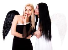 Ο μαύρος άγγελος παίρνει τη συμβουλή με έναν άσπρο άγγελο Στοκ φωτογραφία με δικαίωμα ελεύθερης χρήσης
