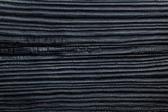 Ο Μαύρος έκαψε & απανθρακωμένο ξύλινο να πλαισιώσει σπιτιών πεύκων κέδρων υπόβαθρο Στοκ Φωτογραφία