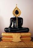 Ο Μαύρος αγαλμάτων του Βούδα κάθεται Στοκ Εικόνες