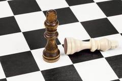 Ο μαύρος βασιλιάς σκακιού κερδίζει το λευκό βασιλιά σκακιού Στοκ φωτογραφία με δικαίωμα ελεύθερης χρήσης
