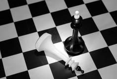 Ο μαύρος βασιλιάς σκακιού κέρδισε το άσπρο Στοκ εικόνες με δικαίωμα ελεύθερης χρήσης