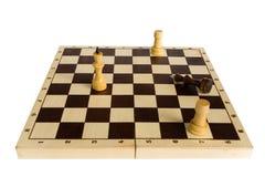 Ο μαύρος βασιλιάς σκακιού νικιέται και βρίσκεται στον πίνακα Στοκ εικόνα με δικαίωμα ελεύθερης χρήσης