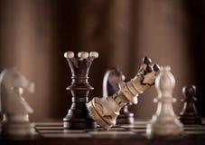 Ο μαύρος βασιλιάς σκακιού συντρίβει το λευκό βασιλιά σκακιού Στοκ Εικόνα