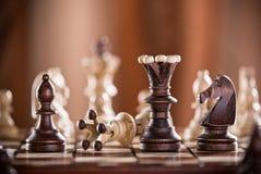 Ο μαύρος βασιλιάς σκακιού συντρίβει το λευκό βασιλιά σκακιού Στοκ Εικόνες