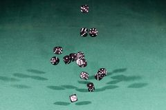 Ο Μαύρος δεκαπέντε χωρίζει σε τετράγωνα να αφορήσει έναν πράσινο πίνακα στοκ εικόνες