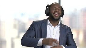Ο μαύρος διευθυντής στα ακουστικά χορεύει απόθεμα βίντεο