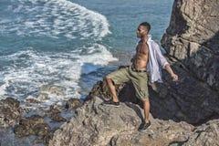 Ο μαύρος εξετάζει τον ωκεανό Στοκ φωτογραφία με δικαίωμα ελεύθερης χρήσης