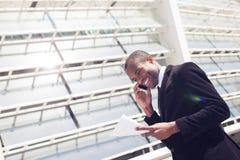 Ο μαύρος επιχειρηματίας έχει τη τηλεφωνική συνομιλία Στοκ Εικόνες