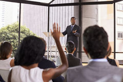 Ο μαύρος επιχειρηματίας που δίνει το σεμινάριο παίρνει τις ερωτήσεις ακροατηρίων Στοκ φωτογραφία με δικαίωμα ελεύθερης χρήσης