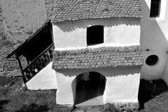 Ο Μαύρος & λευκό Ενισχυμένη μεσαιωνική εκκλησία στο χωριό Viscri, Τρανσυλβανία Στοκ Φωτογραφία