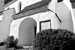 Ο Μαύρος & λευκό Ενισχυμένη μεσαιωνική εκκλησία στο χωριό Viscri, Τρανσυλβανία Στοκ Εικόνες