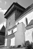 Ο Μαύρος & λευκό Ενισχυμένη μεσαιωνική εκκλησία στο χωριό Viscri, Τρανσυλβανία Στοκ εικόνα με δικαίωμα ελεύθερης χρήσης