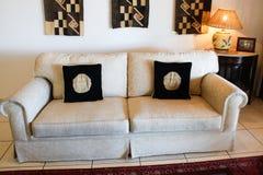 ο μαύρος καναπές μειώνει το λευκό Στοκ φωτογραφία με δικαίωμα ελεύθερης χρήσης