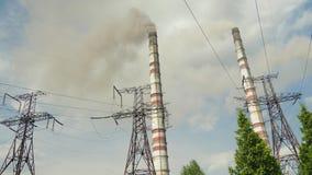 Ο μαύρος καπνός προέρχεται από τους σωλήνες εγκαταστάσεων θερμικής παραγωγής ενέργειας ατμοσφαιρική ρύπανση και το περιβάλλον απόθεμα βίντεο
