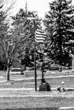 Ο Μαύρος μια άσπρη φωτογραφία του μνημείου με τη σημαία στοκ φωτογραφία