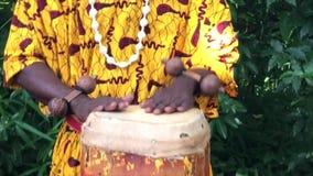 Ο μαύρος μουσικός παίζει τα τύμπανα απόθεμα βίντεο