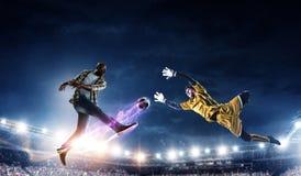 Ο μαύρος παίζει τον καλύτερο αγώνα ποδοσφαίρου του στοκ εικόνες