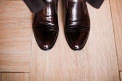 Ο Μαύρος παπουτσιών ο νεόνυμφος σε ένα ξύλινο πάτωμα Στοκ φωτογραφία με δικαίωμα ελεύθερης χρήσης