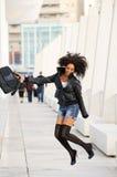ο Μαύρος που πηδά τις όμορφες νεολαίες γυναικών Στοκ Εικόνες