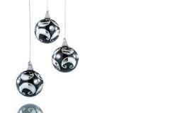 Ο Μαύρος πολυτέλειας με την ασημένια σφαίρα Χριστουγέννων, κρεμώντας διακόσμηση Στοκ εικόνες με δικαίωμα ελεύθερης χρήσης