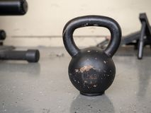 Ο Μαύρος, συνεδρίαση 10 κλ kettlebell στο σκληρό πάτωμα γυμναστικής με το διάστημα Στοκ φωτογραφία με δικαίωμα ελεύθερης χρήσης