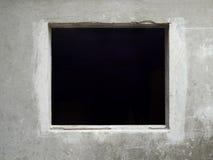 Ο μαύρος τοίχος παραθύρων ξεπέρασε το παλαιό σκυρόδεμα Στοκ Φωτογραφίες