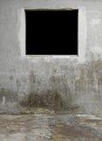 Ο μαύρος τοίχος Windows ξεπέρασε το παλαιό σκυρόδεμα Στοκ Φωτογραφίες