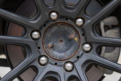 Ο Μαύρος του παλαιός βρώμικος και παλαιός όρου ροδών σιδήρου MAG, σκουριασμένος, Στοκ φωτογραφία με δικαίωμα ελεύθερης χρήσης