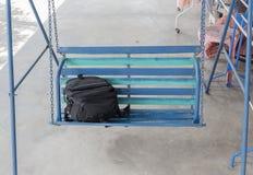 Ο Μαύρος τσαντών στην ταλάντευση μερών, όμορφη μαύρη τσάντα καμερών τοποθετημένη επάνω Στοκ φωτογραφία με δικαίωμα ελεύθερης χρήσης