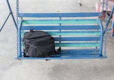 Ο Μαύρος τσαντών στην ταλάντευση μερών, όμορφη μαύρη τσάντα καμερών τοποθετημένη επάνω Στοκ Εικόνες