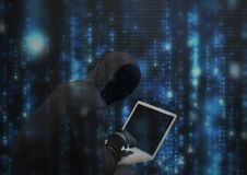 Ο μαύρος χάκερ αλτών με αντιμετωπίζει έξω τον υπολογιστή απεικόνιση αποθεμάτων