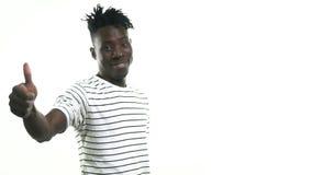 Ο μαύρος χαμογελά και παρουσιάζει αντίχειρες απόθεμα βίντεο