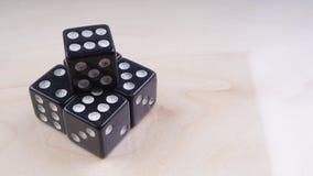 Ο Μαύρος χωρίζει σε τετράγωνα με τα άσπρα σημεία που απομονώνονται στο άσπρο υπόβαθρο Στοκ Φωτογραφία