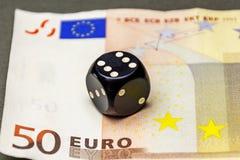 Ο Μαύρος χωρίζει σε τετράγωνα το πόκερ είναι σε ένα τραπεζογραμμάτιο πενήντα ευρώ Στοκ Φωτογραφίες