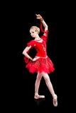 ο Μαύρος ballerina που θέτει το κόκκινο tutu Στοκ Φωτογραφίες