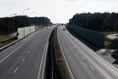 Ο μεγάλος δρόμος βλέπω από την οδογέφυρα Two-lane δρόμος και αυτοκίνητο στοκ φωτογραφία με δικαίωμα ελεύθερης χρήσης