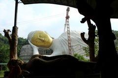 Ο μεγάλος ξαπλώνοντας Βούδας έχει ένα χρυσό πρόσωπο στοκ φωτογραφία με δικαίωμα ελεύθερης χρήσης