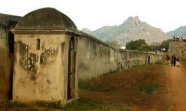 Ο μεγάλος τοίχος κάστρων με το τοπίο καμπινών στο vellore στοκ εικόνα με δικαίωμα ελεύθερης χρήσης